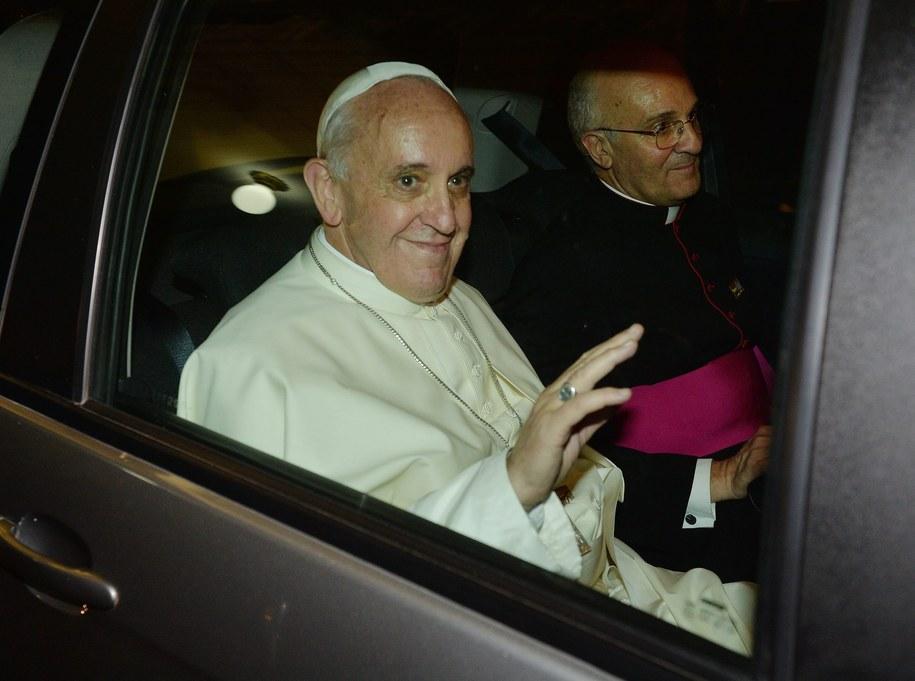Papież Franciszek w samochodzie /ANSA/LUCA ZENNARO /PAP/EPA
