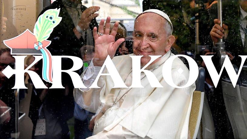"""Papież Franciszek w tramwaju """"Krakowiak"""" z młodzieżą niepełnosprawną /Maciej Kulczyński /PAP"""