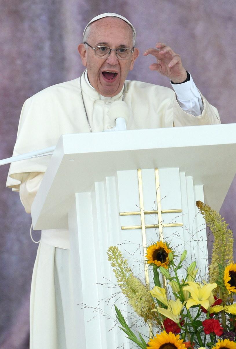 Papież Franciszek wita zebranych na krakowskich Błoniach pielgrzymów /Jacek Turczyk /PAP