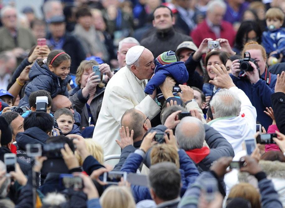 Papież Franciszek wśród wiernych na Placu Św. Piotra w Watykanie /GIORGIO ONORATI /PAP/EPA