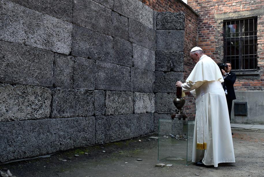 Papież Franciszek zapala znicz przy Ścianie Śmierci na dziedzińcu między blokiem 10 i 11 w byłym niemieckim, nazistowskim obozie zagłady Auschwitz I /Radek Pietruszka /PAP