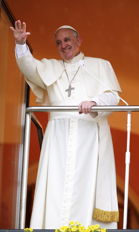 Papież Franciszek żegna się z pielgrzymami, z Okna Papieskiego w Domu Arcybiskupów Krakowskich w Krakowie /Andrzej Grygiel /PAP