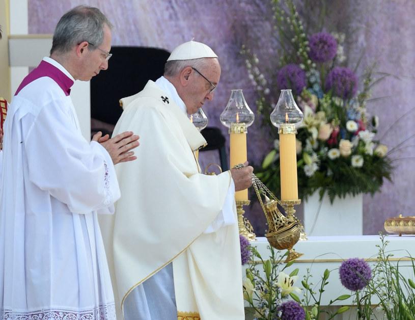 Papież na ołtarzu w Brzegach /Jacek Turczyk /PAP