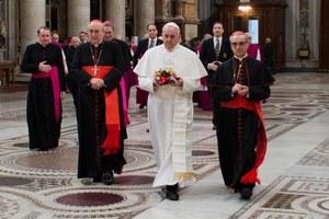 Papież nie skorzystał z limuzyny. Z konklawe wrócił autobusem