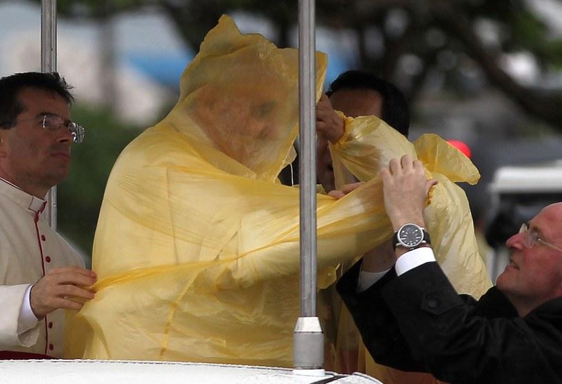 Papież odprawił mszę w Tacloban podczas porywistego wiatru i padającego deszczu /PAP/EPA