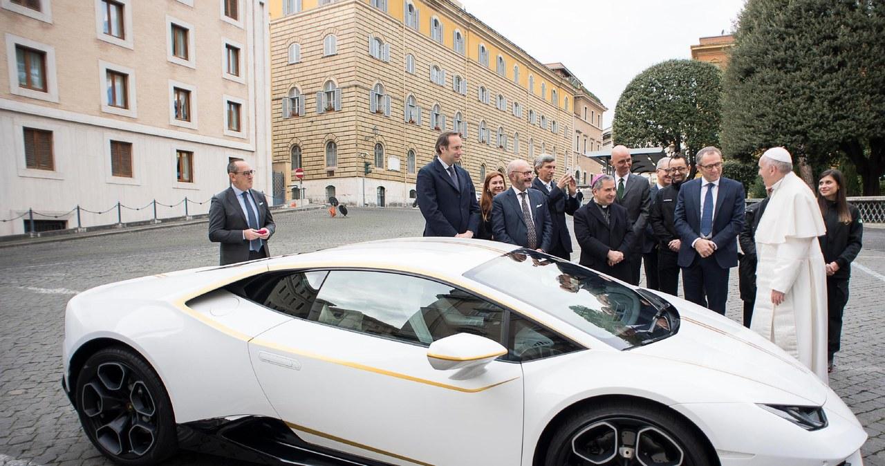 Papież otrzymał luksusowy samochód i oddaje go na aukcję