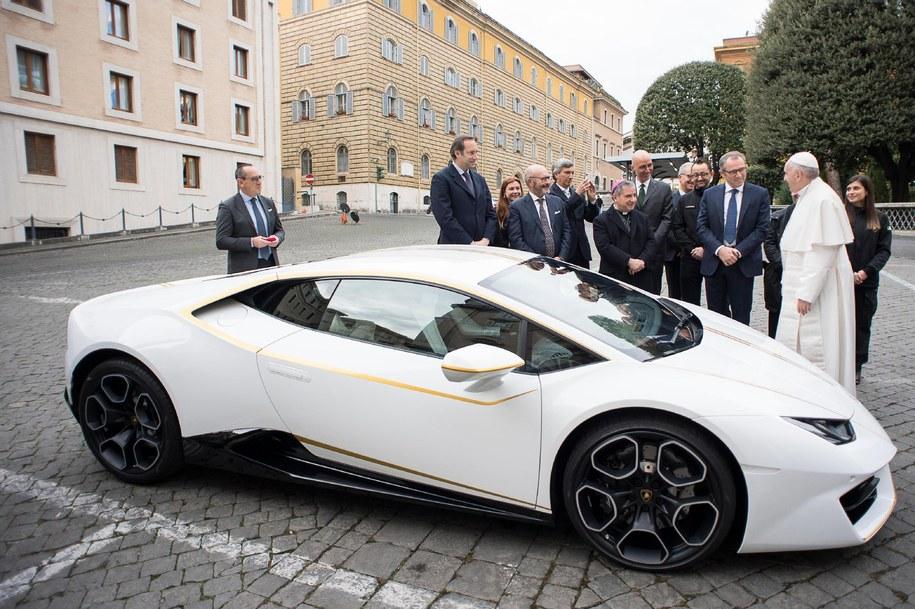 Papież otrzymał luksusowy samochód i oddaje go na aukcję /OSSERVATORE ROMANO/HANDOUT /PAP/EPA
