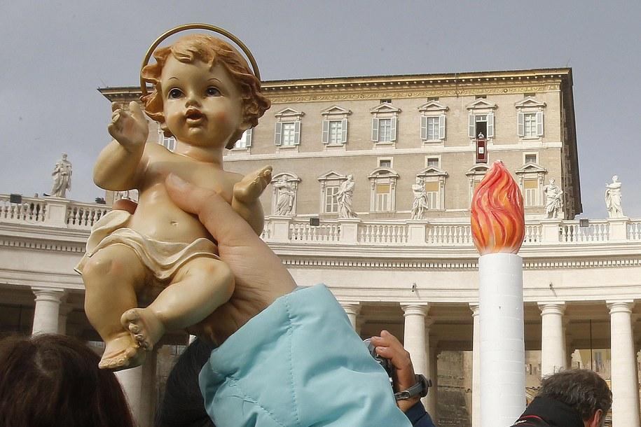 Papież pobłogosławił figurki Dzieciątka Jezus do domowych szopek, przyniesione na plac przez tysiące rzymskich dzieci /Fabio Frustaci /PAP/EPA