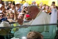 Papież pozdrawia zgromadzonych na Rynku Głównym/fot. T. Jagodziński /INTERIA.PL