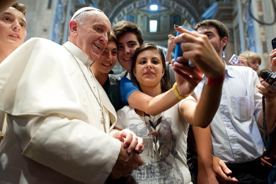 Papież pozujący do zdjęcia z pielgrzymami /OSSERVATORE ROMANO  /PAP/EPA