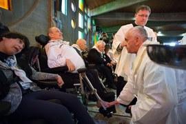 Papież umył nogi niepełnosprawnym