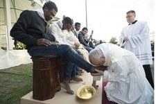 Papież umył nogi uchodźcom. Ten gest wywołał liczne komentarze