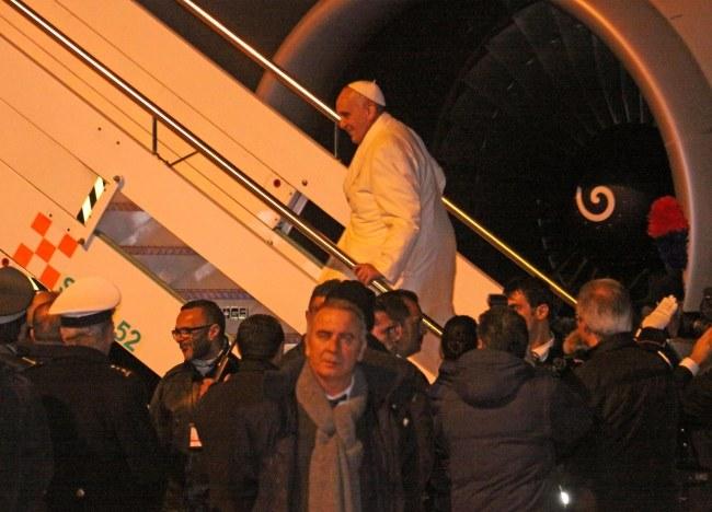 Papież wchodzi do samolotu na rzymskim lotnisku /PAP/EPA/TELENEWS /PAP/EPA