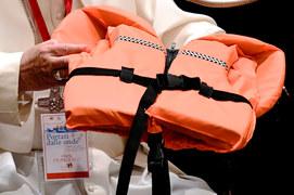 Papież z kamizelką 6-letniej Syryjki, która utonęła w morzu