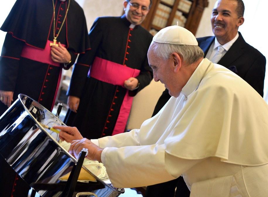 Papieża Franciszek z prezydentem Trynidadu i Tobago Anthonym Carmoną /GABRIEL BOUYS /PAP/EPA