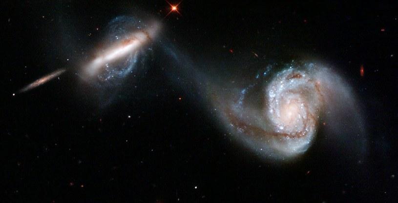 Para galaktyk (NGC 3808 i NGC 3808A) oraz strumień gwiazd i gazu pomiędzy nimi /materiały prasowe