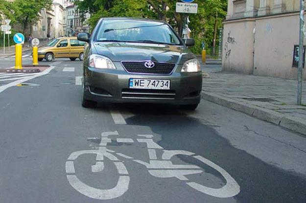 Parkowanie na drodze rowerowej /INTERIA.PL