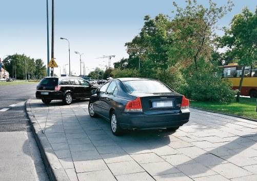 Parkowanie na środku chodnika /Motor