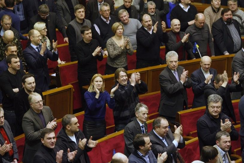 Parlament Ukrainy w piątek przywrócił konstytucję z 2004 roku. /YURI MAXIMOV /AFP