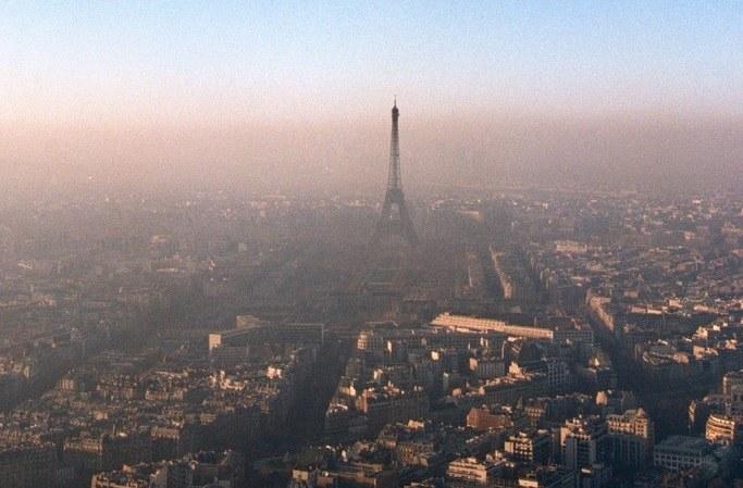 Paryż próbuje walczyć ze smogiem /East News