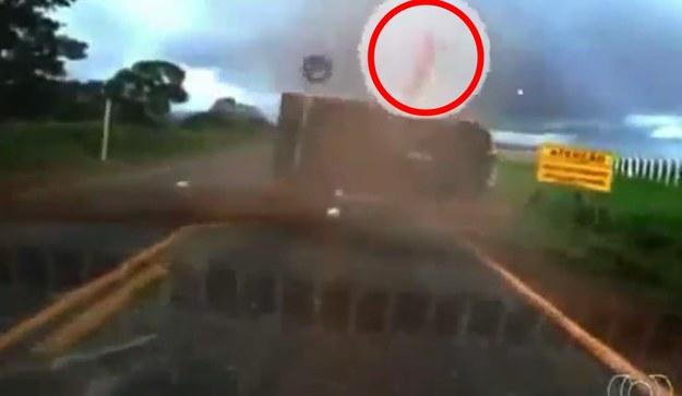 Pasażer został wyrzucony z samochodu /