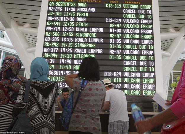 Pasażerowie czekający na lotnisku Ngurah Rai, 6 sierpnia 2015 /AP /East News