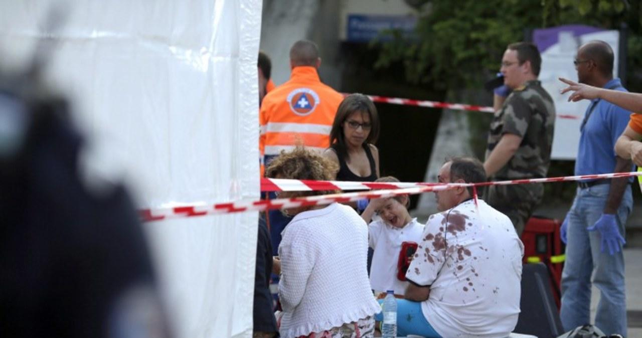 Pasażerowie i służby ratunkowe po wypadku w Bretigny-sur-Orge