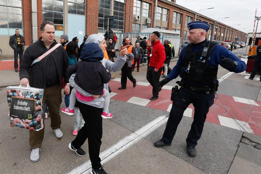 Pasażerowie opuszczają teren lotniska w Brukseli /LAURENT DUBRULE    /PAP/EPA