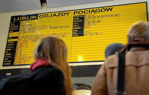 Pasażerowie przed rozkładem jazdy na Dworcu Głównym PKP w Lublinie, fot. D. Delmanowicz /PAP