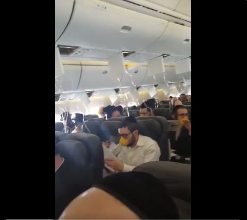Pasażerowie samolotu, który musiał awaryjnie lądować w Amsterdamie /Twitter