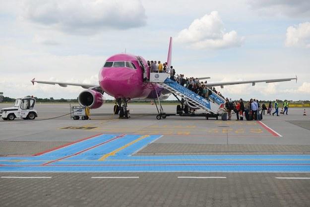 Pasażerowie wsiadają do samolotu /Jakub Kaczmarczyk /PAP