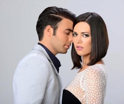 """""""Pasión prohibida"""" to remake tureckiego serialu """"Asşk-ı Memnu"""". Bianka, postać grana przez Monikę, zakochuje się w Brunie, przyszywanym bratanku swojego męża Ariela. Zakazana namiętność, która ich łączy, prowadzi w końcu do tragedii /Telemundo /materiały prasowe"""