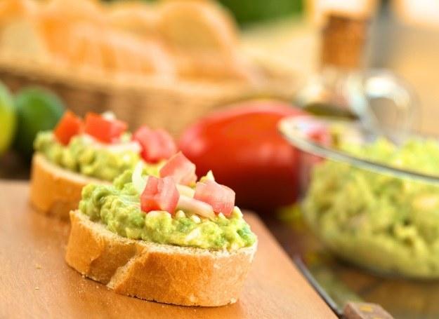 Pasta z awokado smakuje najlepiej w duecie ze świeżym pieczywem /123RF/PICSEL