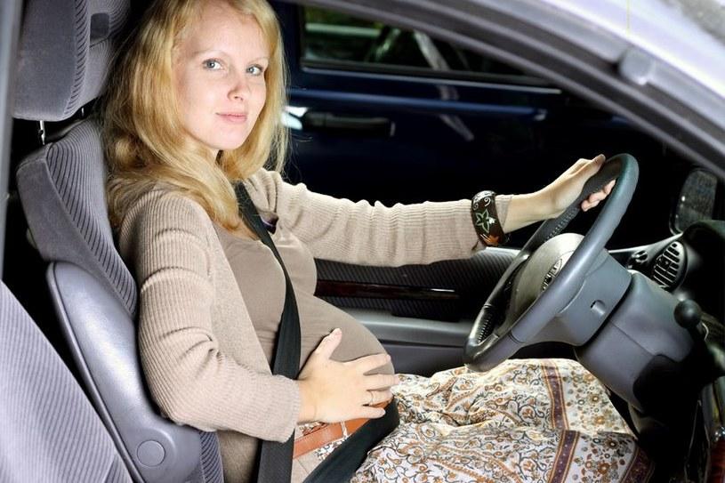 Pasy bezpieczeństwa muszą być zapięte tak, by nie uciskać brzucha /©123RF/PICSEL