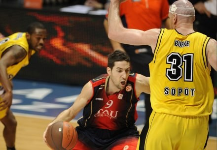 Pat Burke (z prawej) próbuje powstrzymać Sergiego Vidala /INTERIA.PL/PAP