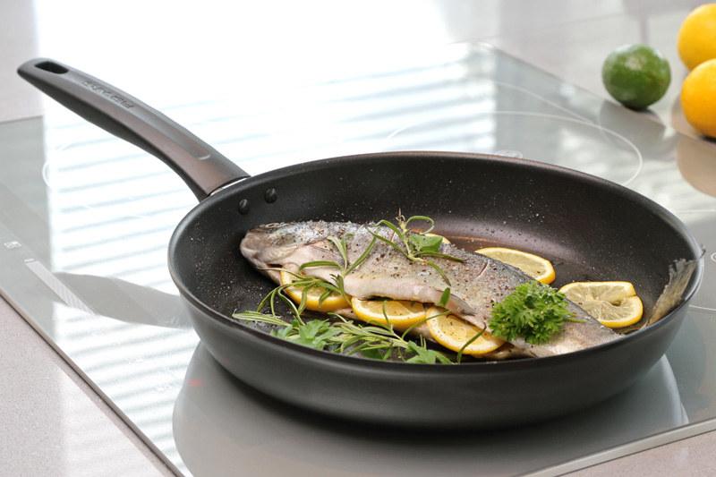 Patelnia Fiskars Non-Overheatable przypadnie do gustu miłośnikom zdrowego żywienia /materiały prasowe