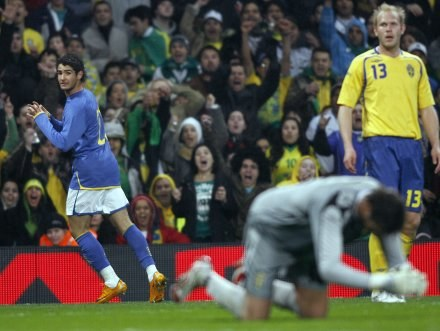 Pato wykorzystał błąd bramkarza i zdobył zwycięskiego gola /INTERIA.PL