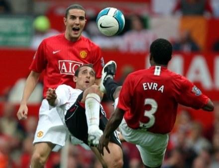 Patrice Evra nie (tyłem) nie przestraszył się zapowiedzi klubowego kolegi Johna O'Shea /AFP