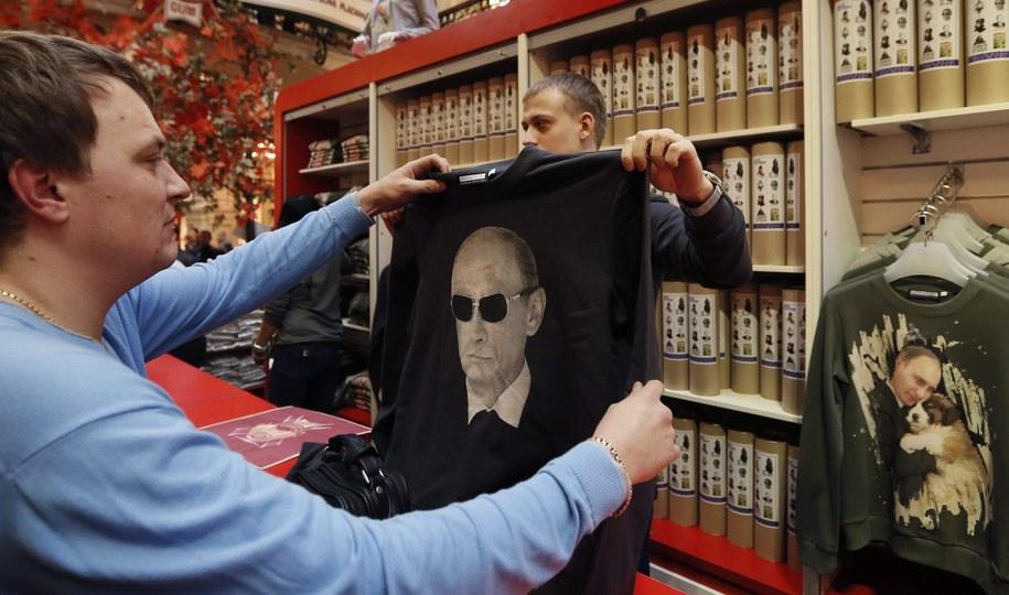 Patriotyczna odzież z wizerunkiem Władimira Putina /YURI KOCHETKOV /PAP/EPA