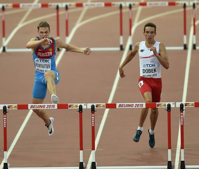 Patryk Dobek (z prawej) rywalizował z Rosjaninem Denisem Kudrjawcewem w półfinale poprzednich MŚ w Pekinie. /AFP