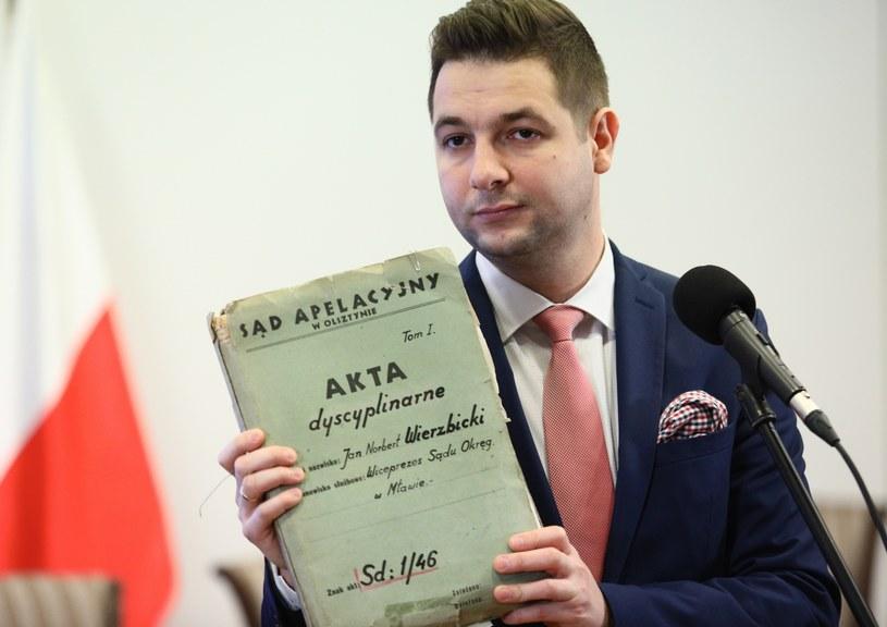 Patryk Jaki z nowo odkrytymi dokuemntami /Leszek Szymański /PAP