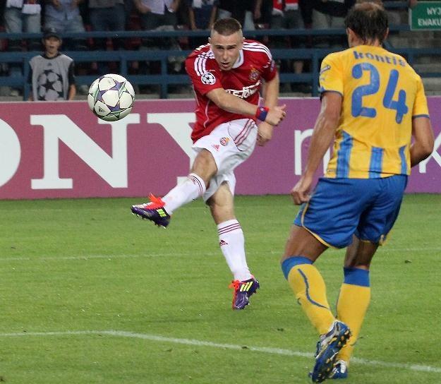 Patryk Małecki strzela gola na 1-0 /PAP