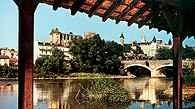 Pau, rzeka Gave de Pau i zamek z XIII w. /Encyklopedia Internautica