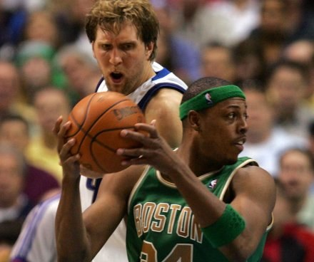 Paul Pierce i Dirk Nowitzki /AFP