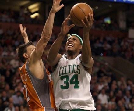 Paul Pierce (na zdjęciu) i Kevin Garnett poprowadzili Celtics do wygranej /AFP