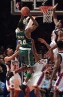 Paul Pierce zdobywa kolejne punkty dla Celtics w wygranym meczu z Knicks