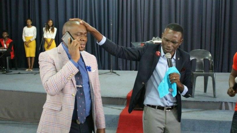Paul Sanyangore twierdzi, że do Boga może zadzwonić w każdej chwili /YouTube