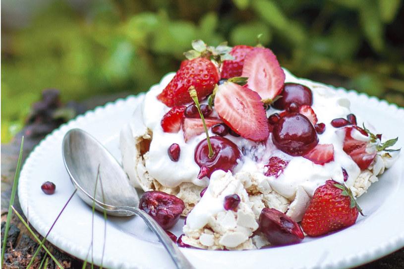 Pavlova w wersji mini z jogurtową bitą śmietaną i owocami /Pani