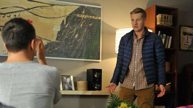 Paweł będzie w szoku, kiedy odkryje, że Jurek nocuje w jego salonie! /www.mjakmilosc.tvp.pl/