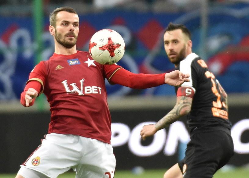 Paweł Brożek (z lewej) przyjmuje piłkę w asyście Lubomira Guldana /Jacek Bednarczyk /PAP